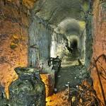 Остатки бесхозной советской утвари гниют в подземном ходу.