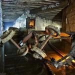 Первым делом мы залезли в дренаж. Это огромная подземная система, здесь пересекаются тюбингованные туннели туннели построенные Киевским метростроем, заброшенные бомбоубежища, старинные штольни и заброшенные каменоломни. На фото остатки вагонетки которая использовалась при строительстве дренажа.
