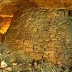 Все выработки укреплены специальными колоннами либо подпорными стенами из бетона в которых проделаны отверстия для прохода людей.