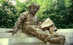 Памятник Альберту Эйнштейну. Фото с сайта megabook.ru